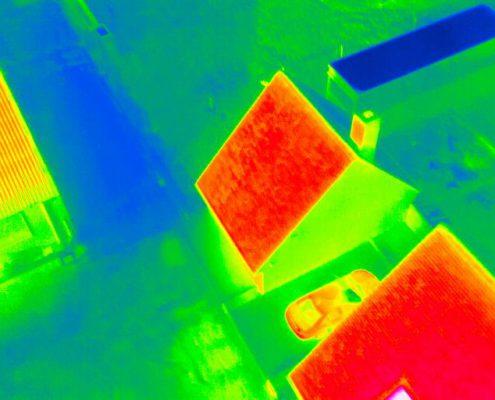 infrarood beeld van dak met warmteverlies, genomen door een drone